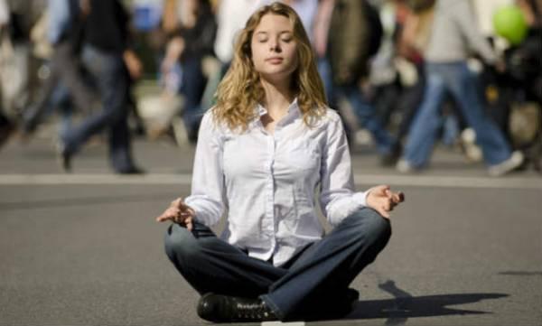 frau-meditiert-auf-der-strasse